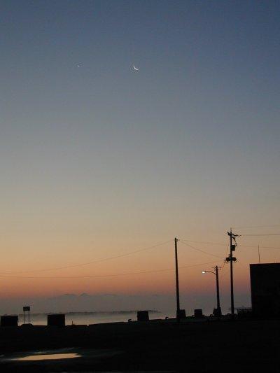 朝もやと月と立山